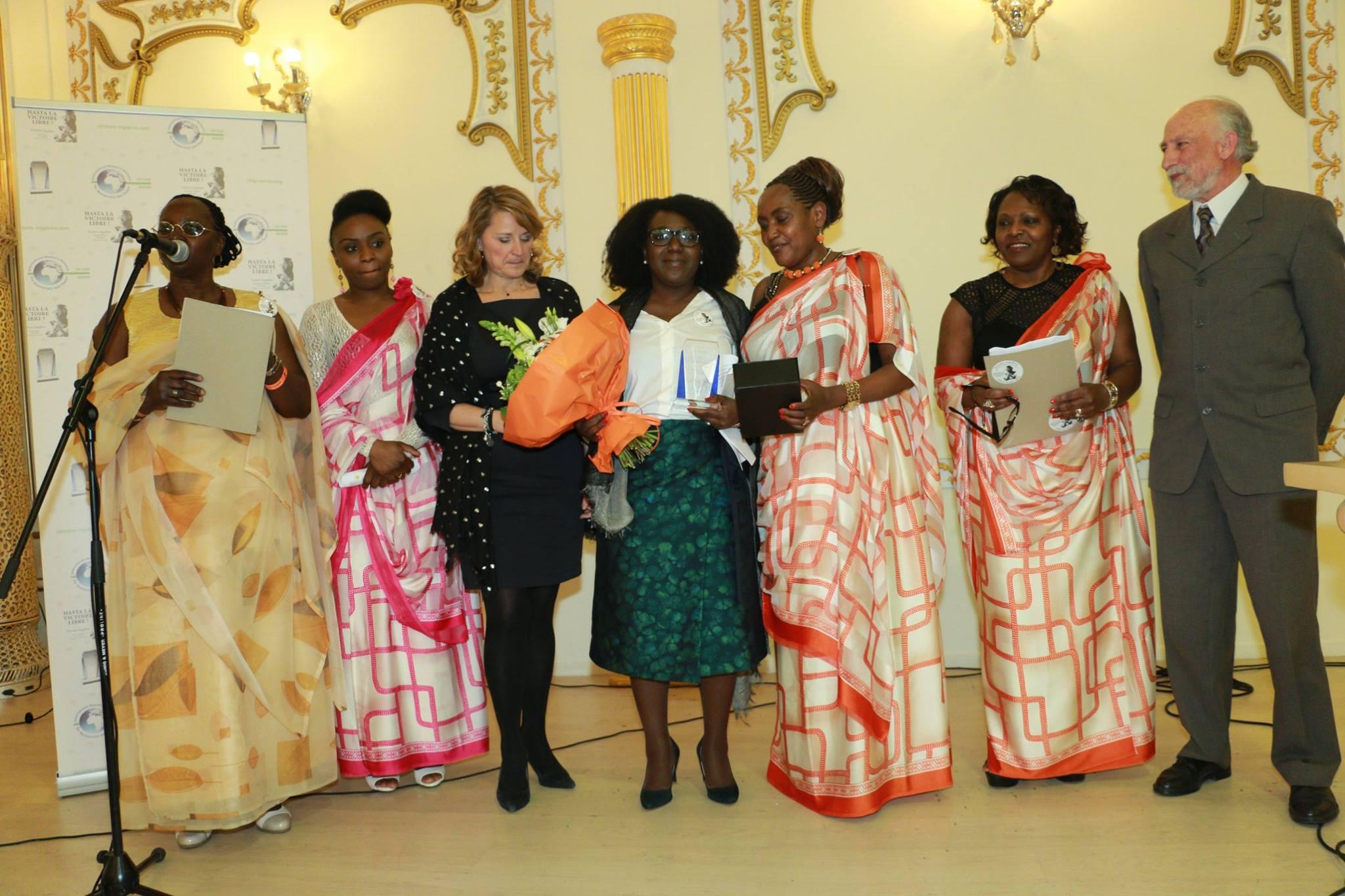 123 essays org momento de la entrega del premio victoire ingabire a la libertad de pensamiento a la congoleatildeplusmna bk kumbi posando junto a miembros del jurado y la madrina