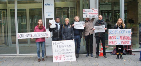 RIAO-RDC, acompañado por las organizacioes alemanas FIAN et urgewald, en la sede de DEG en Cologne, Allemagne, para presentar la denuncia contra Feronia Inc, en nombre de nueve comunidades de la República Democrática del Congo.