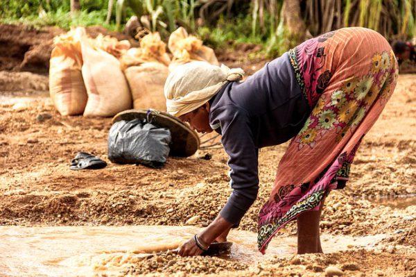 Mujer trabajando en Madagascar. Fuente: Pixabay.