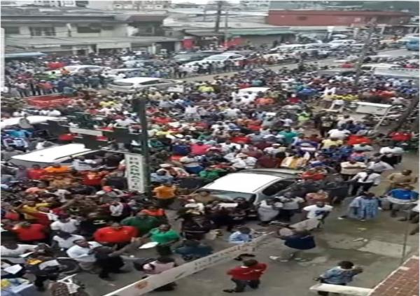 """Los habitantes de la capital económica tragándose el discurso del """"presidente electo"""". Fuente: Cameroonvoice.com."""
