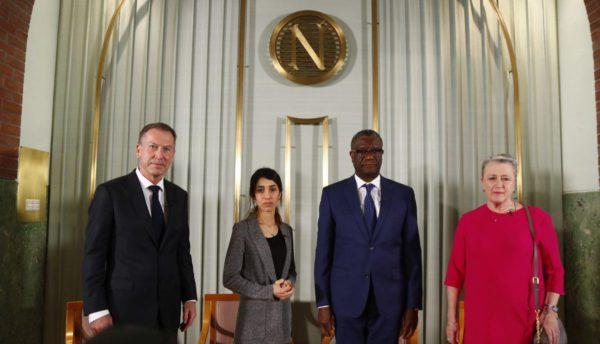 Los Nobel de la Paz Nadia Murad y Denis Mukwege, y líder del Comité Nobel Noruego Berit Reiss-Anderseninn, posan para una foto durante la conferencia de prensa en el Instituto Nobel Noruego en Oslo. Foto: EFE.