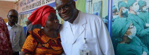 El 6 de octubre de 2018, el doctor Denis Mukwege, ganador del Premio Nobel de la Paz, posa para una foto en el Hospital de Panzi en Bukavu, en la provincia de Kivu del Sur (República Democrática del Congo), un día después de haber recibido este prestigioso galardón. Fuente: Alain WANDIMOYI/AFP.