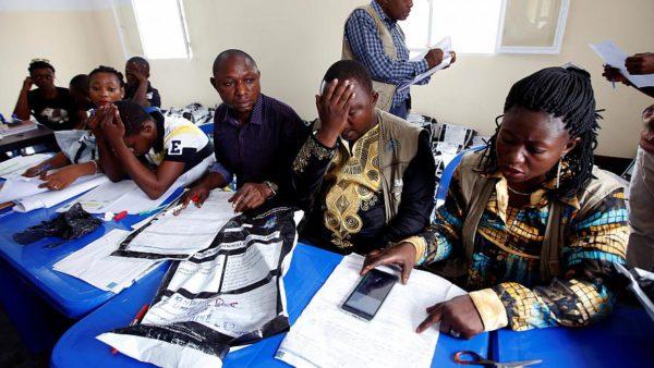 La Comisión Electoral del Congo revisa los formularios de votación. Foto: Reuters (recogida de Euronews).
