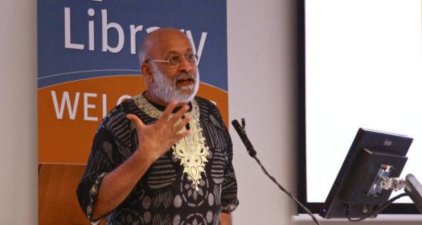 Firoze Manji pronuncia el discurso inaugural del seminario sobre Ken Saro-Wiwa el 15 de noviembre de 2018 en la Universidad de Maynooth. Foto:Mulibrarytreasures.wordpress.com.