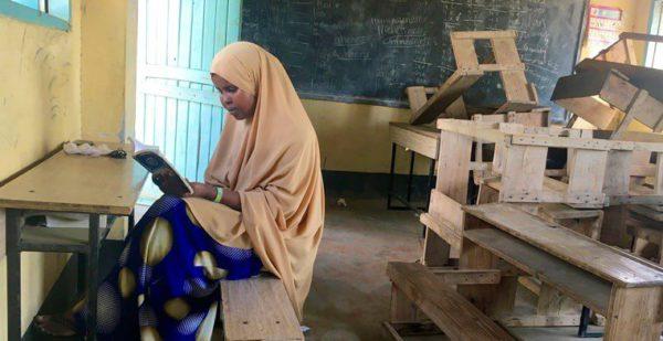Rahma Hussein Noor sentada en una clase en Hagadera, uno de los cinco campos de refugiados en Dadaab, Kenia. Foto del 17 de noviembre del 2016, realizada por Ana Kerber.