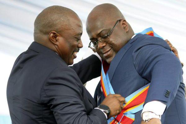 El nuevo presidente de la RDC, Félix Tshisekedi, recibe la banda presidencial de Joseph Kabila. Foto: Jerome Delay / AP. (Fuente: Lavanguardia.com).