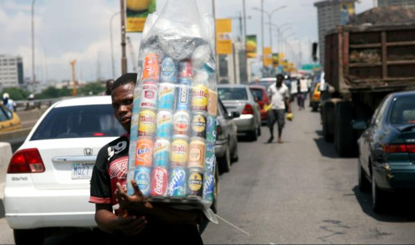 Un vendedor transporta su mercancía. Foto: QuartzAfrica.