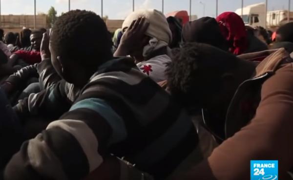 Migrantes africanos retenidos. Foto: France24 (recuperada por La Tribune Franco-Rwandaise).