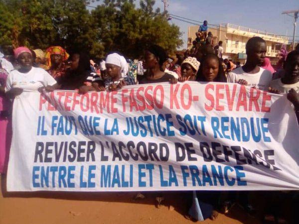 Una de las pancartas de los manifestantes. Foto: APA.