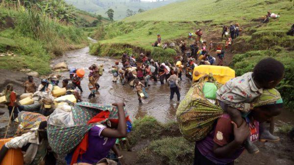 Refugiados ruandeses que huyen de enfrentamientos y ataques en sus campamentos en Masisi (Kivu del Norte / RDC). Foto: Jambonews.