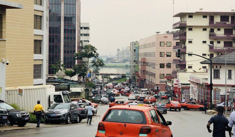 Paisaje urbano de Abiyán, ciudad más poblada de Costa de Marfil. Foto: Louis Abou (Pixabay).